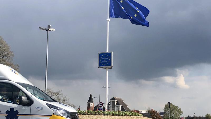 Le retour des drapeaux, en plus grand nombre, est attendu au milieu de ce carrefour très passant.
