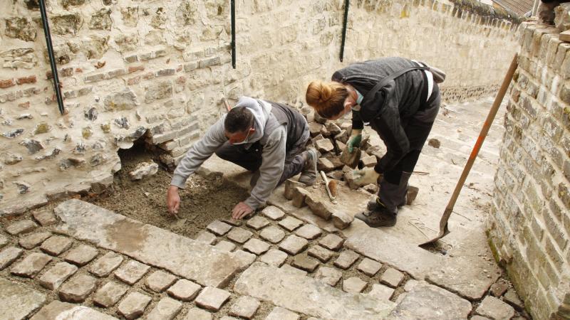 Petit à petit, les pavés des escaliers reprennent leur place pour le confort des usagers.