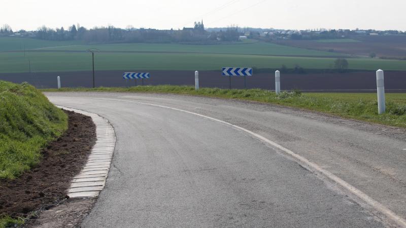 Les bas-côtés de la départementale ont été renforcés avec l'installation de vibreurs.