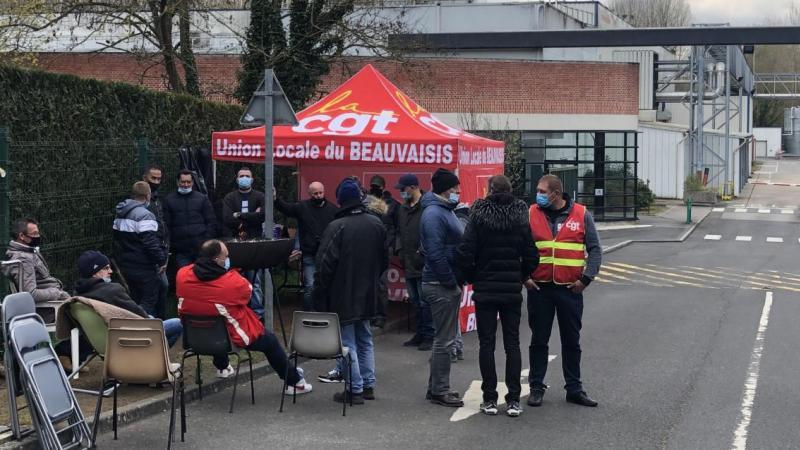 Une trentaine de salariés sont dans leur quatrième semaine de grève, à l'entrée du site, au sud-est de Beauvais.