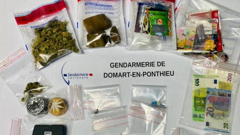 De petites quantités de diverses drogues et du matériel favorisant la cession de produits stupéfiants ont été découverts au domicile du jeune majeur.