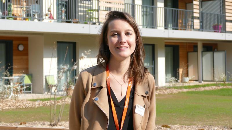 Clara Duval, la directrice adjointe dans le jardin au pied des appartements.