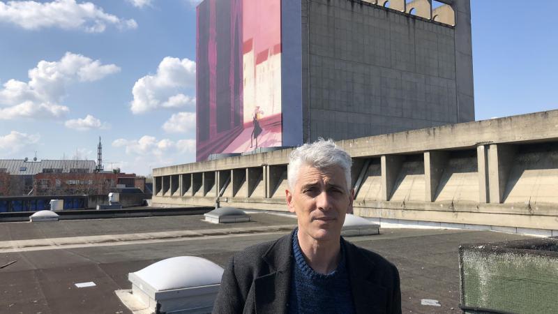 Cyril Pedrosa devant l'affiche monumental qu'il a dessinée pour les 25es Rendez-vous de la BD d'Amiens. Inratable, elle a été installée à la Maison de la culture.
