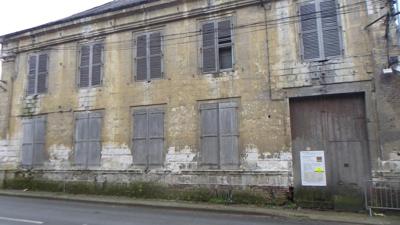 Le projet prévoit, selon le permis de construire affiché sur le bâtiment, la réalisation d'un local commercial et de 26 logements en lieu et place de l'ancienne gendarmerie.