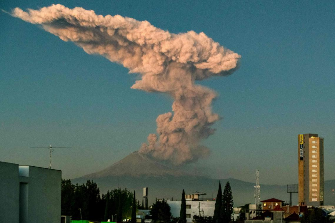 Impressionnante explosion du volcan Popocatépetl — Mexique