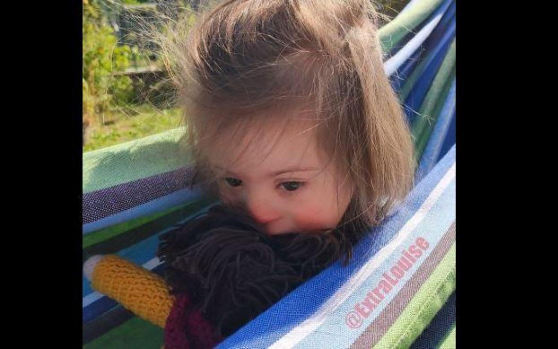 Louise 5 ans a été refusée au mini-club du camping, où elle passe les vacances avec ses parents.