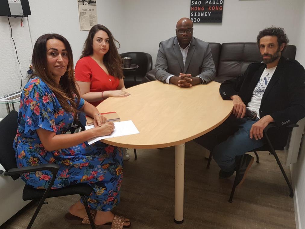 Hanaa Korso Tlemsani (en rouge) a reçu le soutien de la conseillère municipale d'opposition Assia Nouaour.