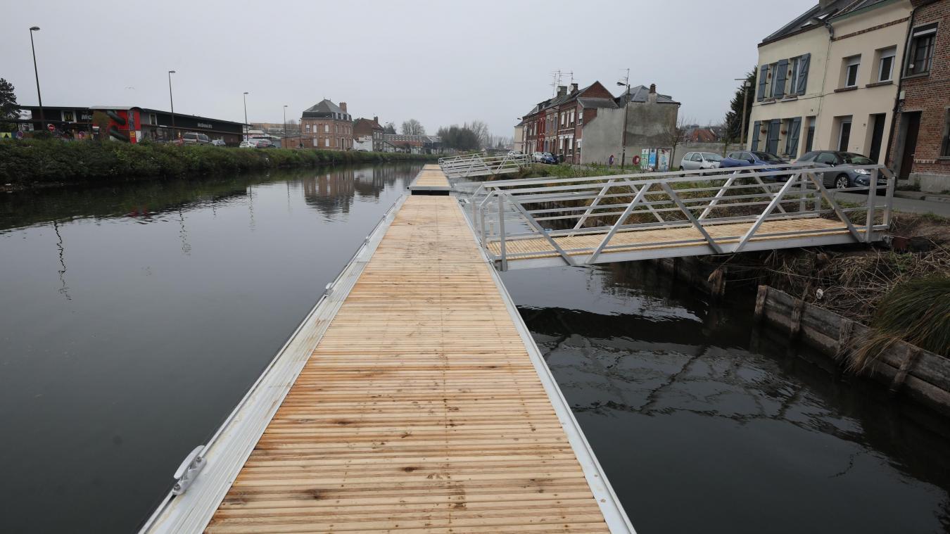 Trois pontons de 24 mètres chacun ont été posés au niveau du quai de la Somme.