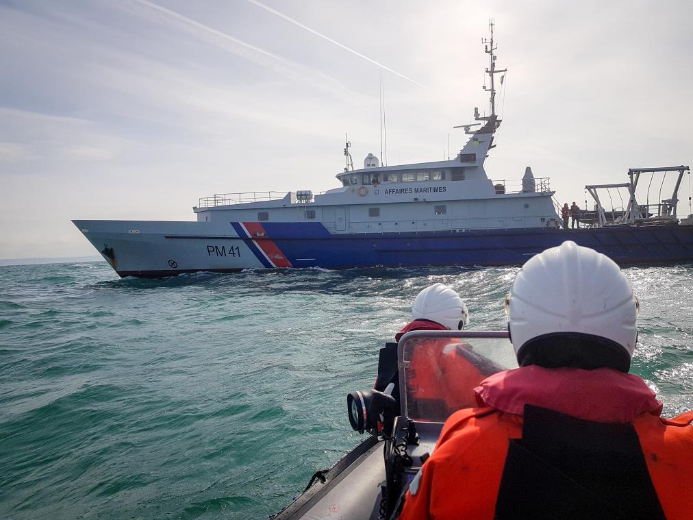 Le CROSS engage immédiatement l'hélicoptère Caïman Marine de la Marine nationale basé à Maupertus, le patrouilleur hauturier Thémis (notre photo) de la direction des affaires maritimes et le patrouilleur des gardes-côtes (PGC) Jacques Oudart Fourmentin (JOF) de la douane française pour lui porter assistance.