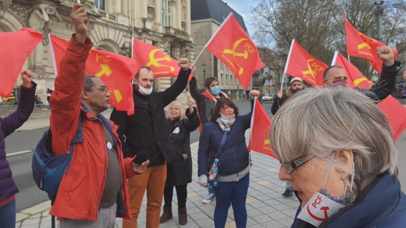 Des communistes saint-quentinois ont participé au rassemblement devant l'hôtel de ville de Tours (Indre-et-Loire) le 19 décembre dernier.