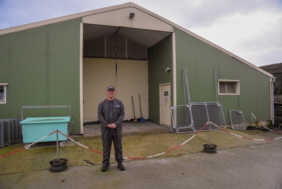 Didier Bardin devant le bâtiment déjà existant destiné aux poulettes. Les règles d'hygiène actuelles le rendent strictement inaccessible aux visiteurs. (Photo MC/PN)