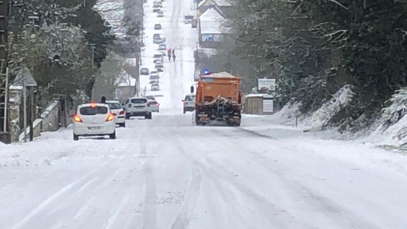 Des automobilistes bloqués près de 5 heures dans la côte de Mouflers en raison de la neige