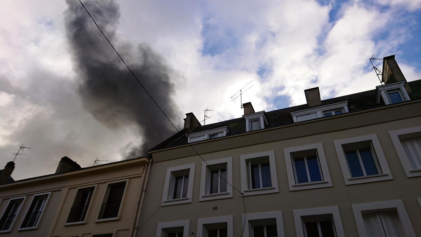 EN IMAGES. Incendie dans le centre-ville de Vernon : un box en feu dans une cour intérieure