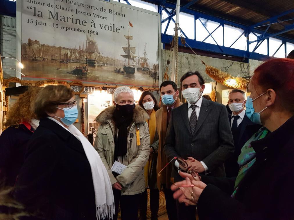 Marylise Guilbert (à dr), encadrante technique du chantier d'insertion, échangeant avec la ministre. (Photo PN)