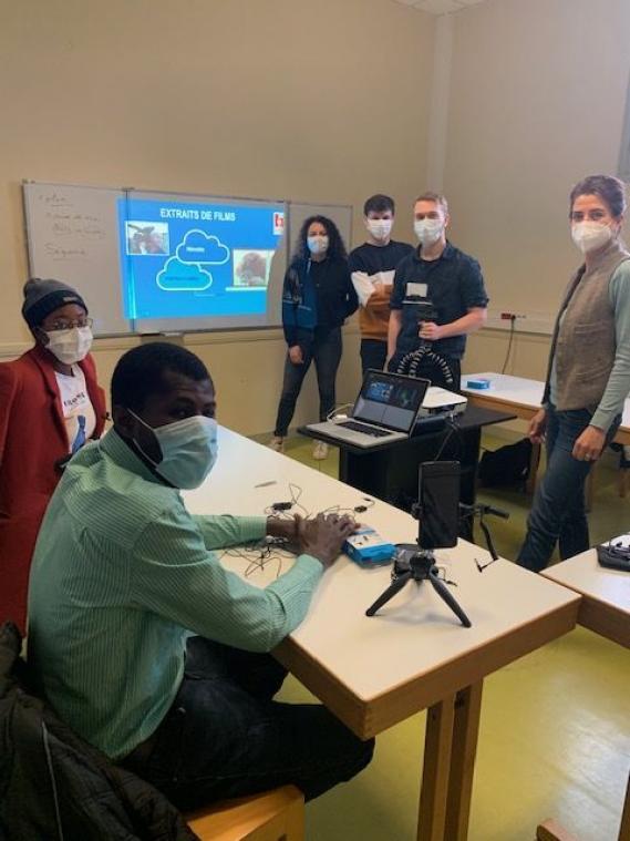 LE Havre. Au cours de quatre séances de trois heures, les jeunes sont formés au portrait filmé au téléphone portable (photo Patricia Lionnet/PN).