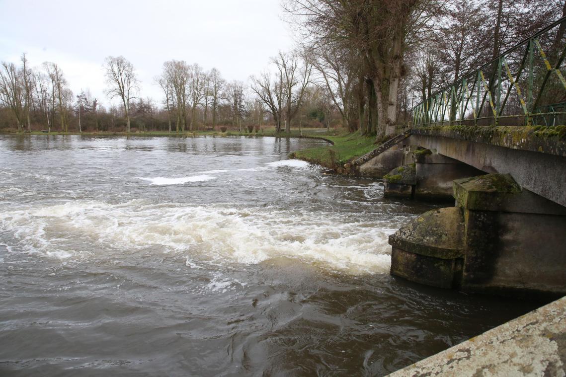 Le déversoir du canal du Nord ouvert à Épénancourt