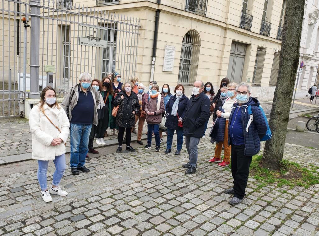Les membres du collectif soutenant Fatou Fantay n'ont pas pu accéder à la salle d'audience (photo MB/PN)