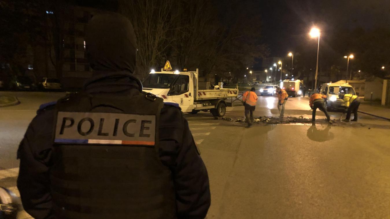 Quartier du Clos-des-Roses, dimanche, 23 h 30. Nettoyage de la voirie sous protection de la police municipale.