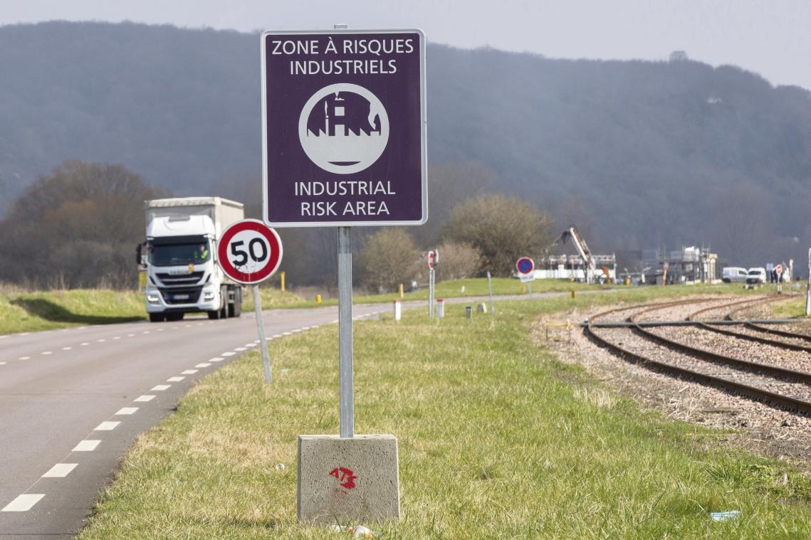 Le panneau sur fond violet a été placé sur l'ensemble des voies d'accès à la zone industrialo-portuaire. (Photo Quentin Déhais)