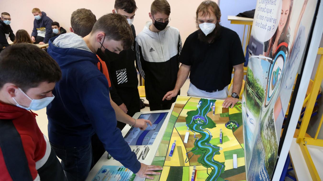 Les élèves ont d'abord travaillé sur une maquette intéractive avant de profiter de l'exposé d'une future chercheuse.