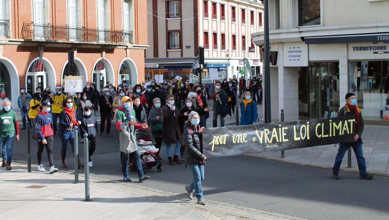 Militants associatifs ou simples citoyens, ils ont défilé dans le centre-ville d'Évreux hier matin. (Photo : PN)