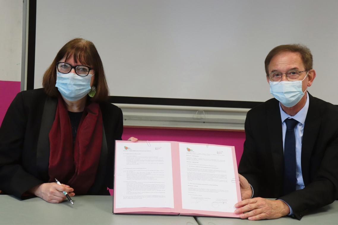 Tina Pérez présidente de la Cravate solidaire et Émile Canu, le maire d'Yvetot signent la convention de partenariat. (Photo PN)