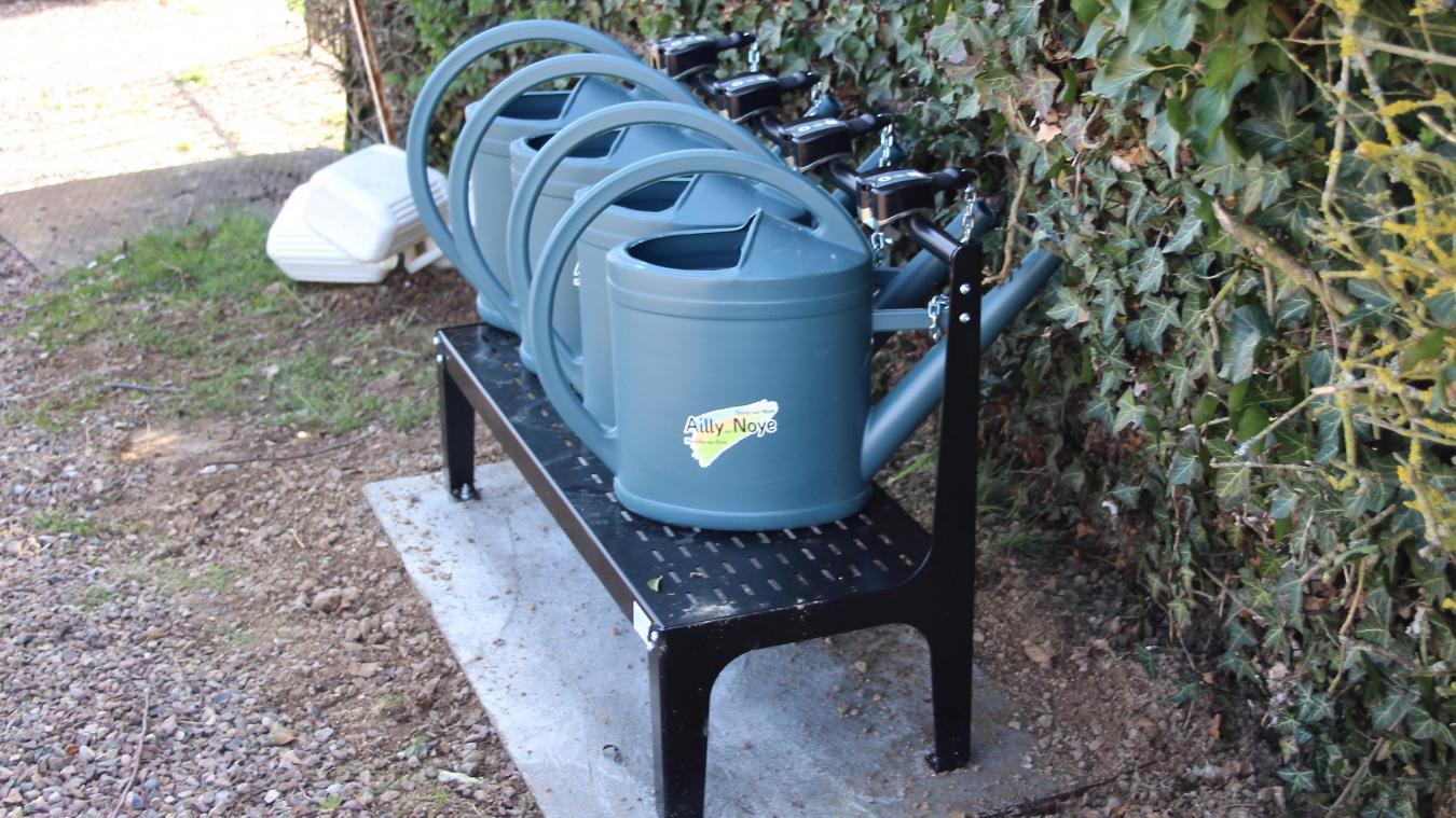 Pour éviter l'amoncellement de bidons, ces bancs permettant de consigner quatre arrosoirs ont été installés dans les cimetières de Merville, Berny et Ailly-sur-Noye.