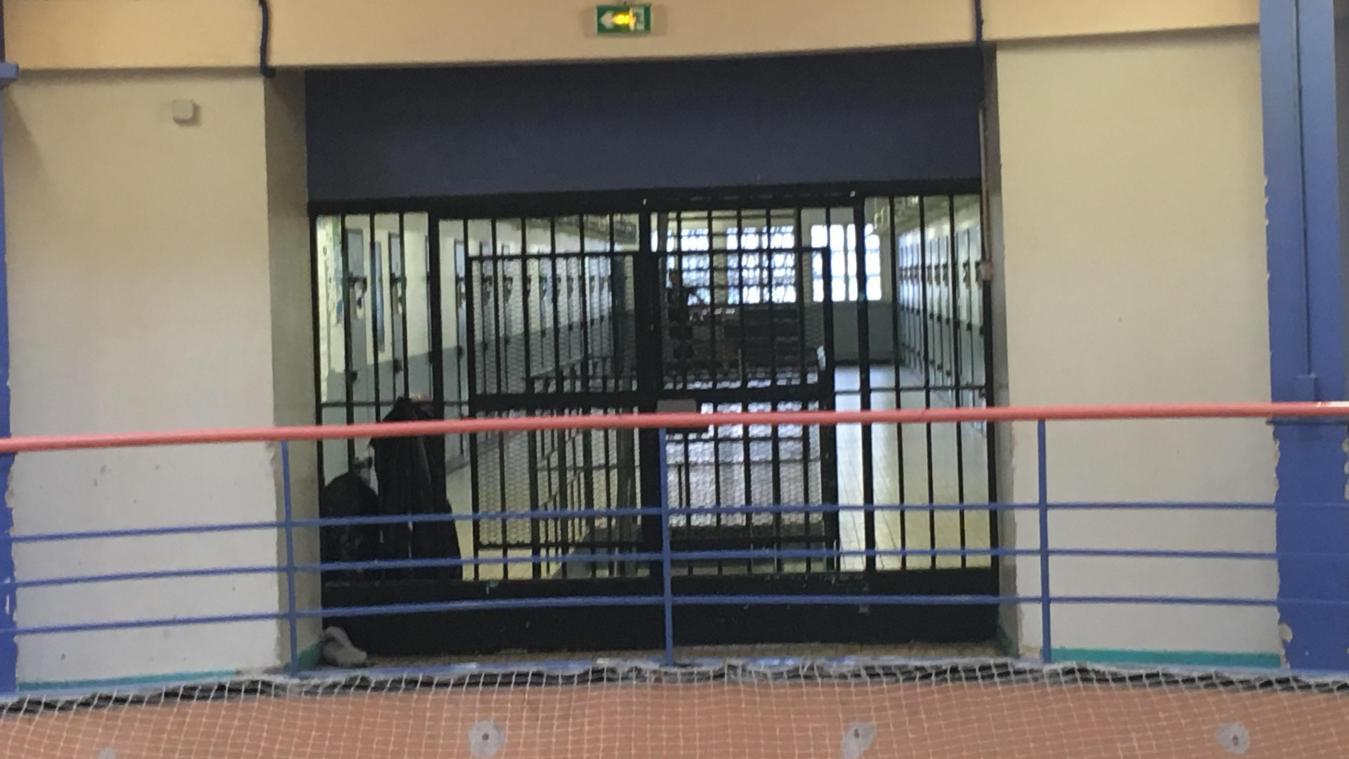 Le suspect est derrière les barreaux.