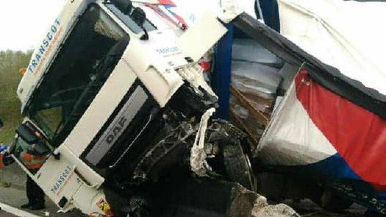 Le camion s'est couché sur la chaussée.