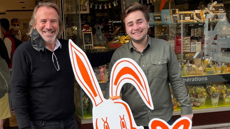 Jean-Alexandre Trogneux et son fils Jean-Baptiste offrent 1500 poules et oeufs en chocolat à l'hôpital sud.