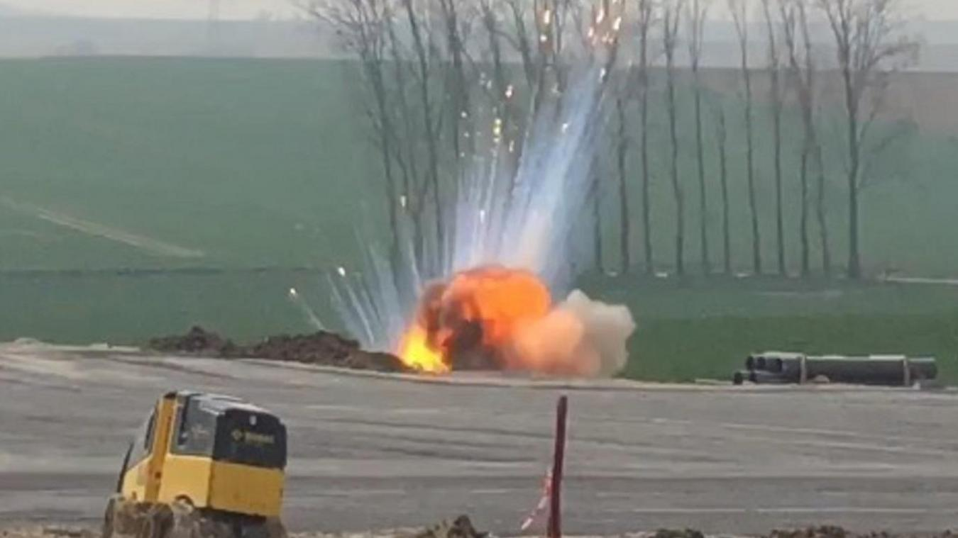 L'explosion a généré des fragments de phosphore incandescents qui ont été projetés dans les airs, certains à une cinquantaine de mètres.