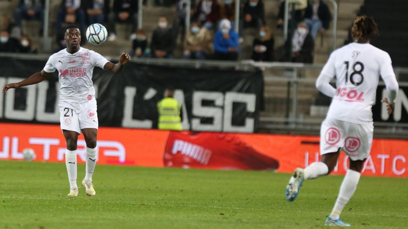 Dix-neuvième homme lors de la venue de Troyes, Nathan Monzango (à gauche) n'avait ressenti aucun symptôme le jour du match avant d'être malade le lendemain.