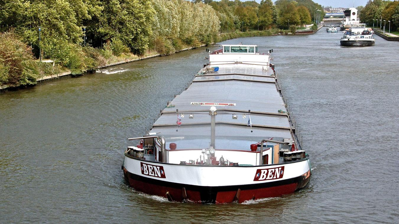 Une péniche du temps d'aujourd'hui. À terme, le canal à grand gabarit accueillera des barges géantes transportant jusqu'à 4.000 tonnes de marchandises.