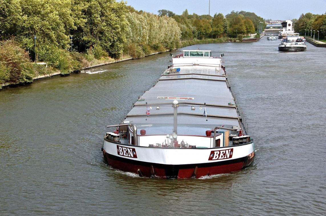 Une péniche du temps d'aujourd'hui. À terme, le canal à grand gabarit accueillera des barges géantes transportant jusqu'à 4 000 tonnes de marchandises.