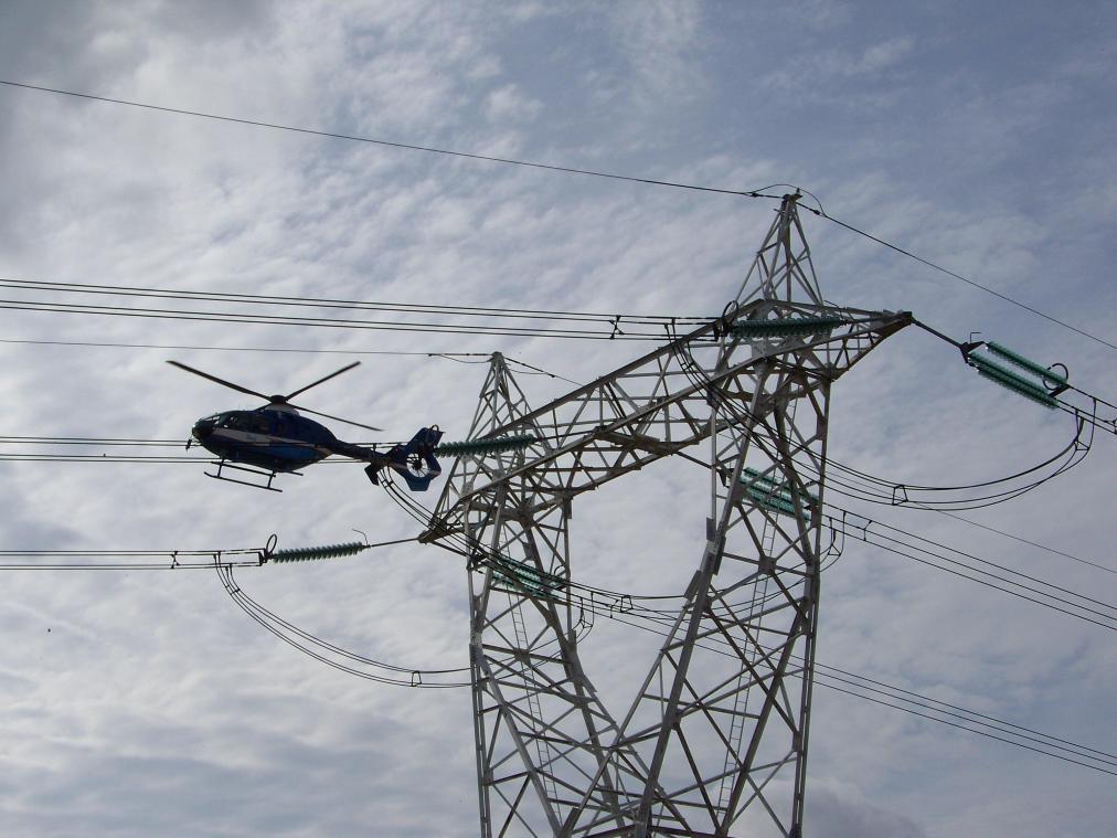 Un hélicoptère survolera les lignes électriques à basse altitude afin de déceler d'éventuelles anomalies ou problèmes.