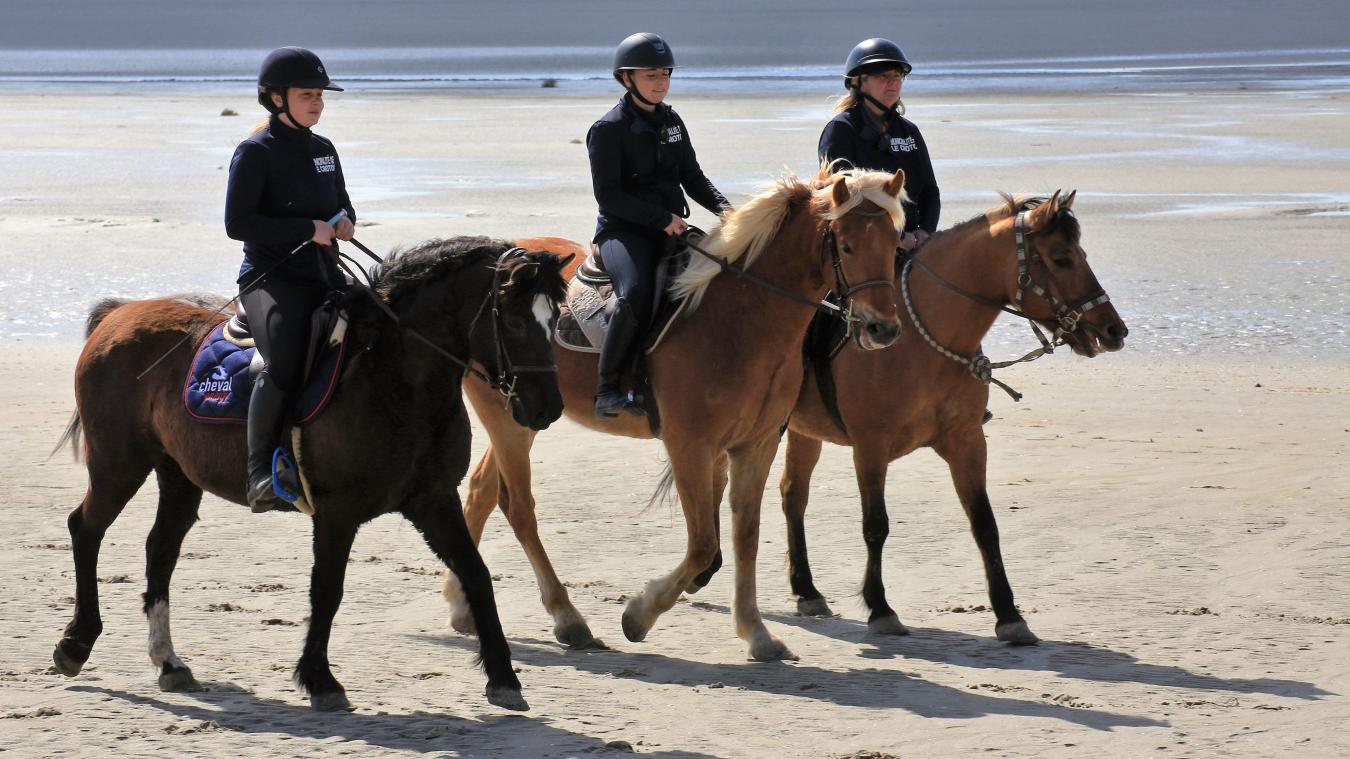Maud Menuge (20 ans), Jennifer Roullois (49 ans) et Clémence Desmaret (18 ans) sont les trois cavalières recrutées par la ville du Crotoy pour surveiller la plage.