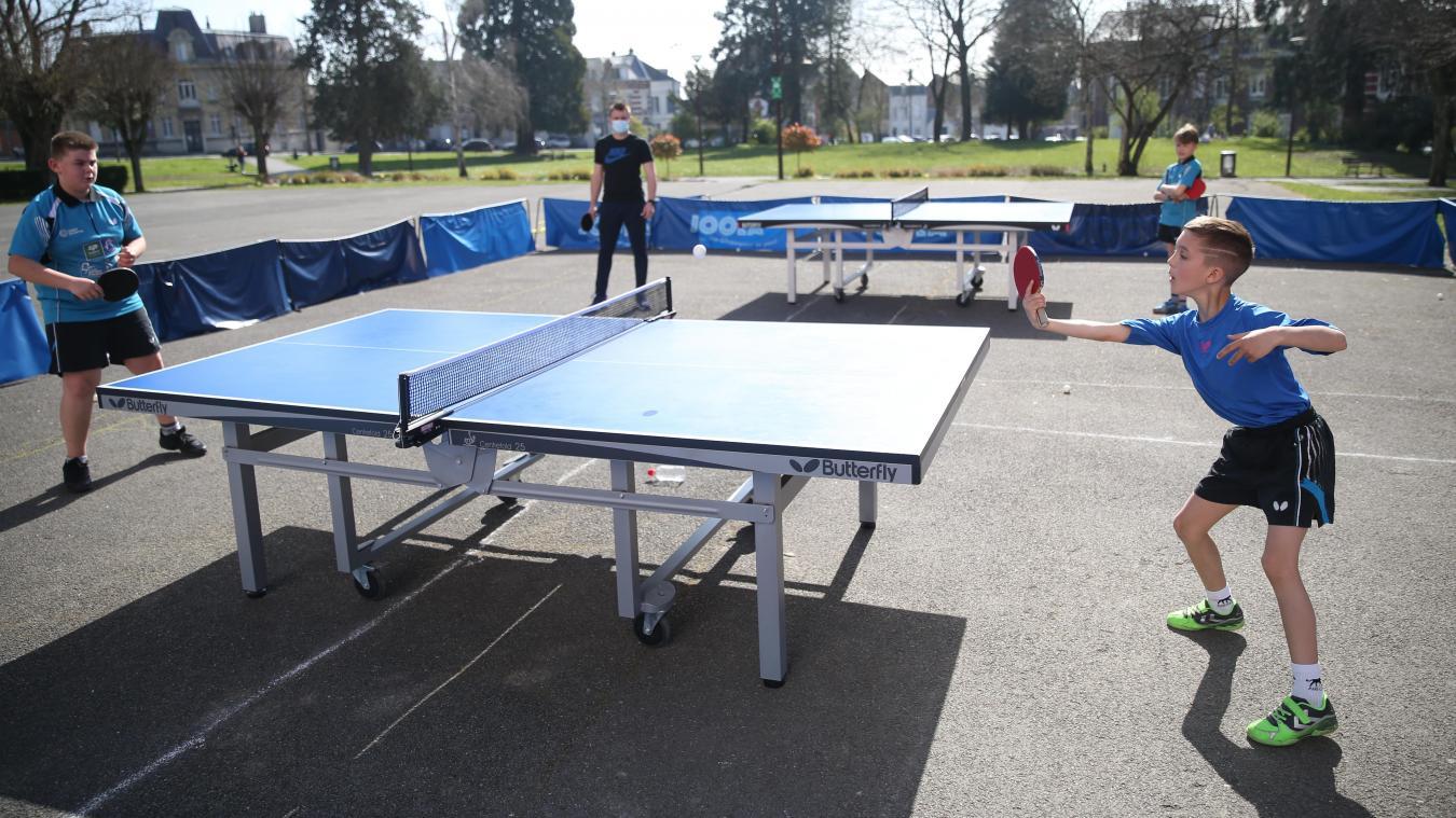 Les jeunes licenciés du Tennis de table saint-quentinois jouent désormais à l'extérieur du palais des sports.