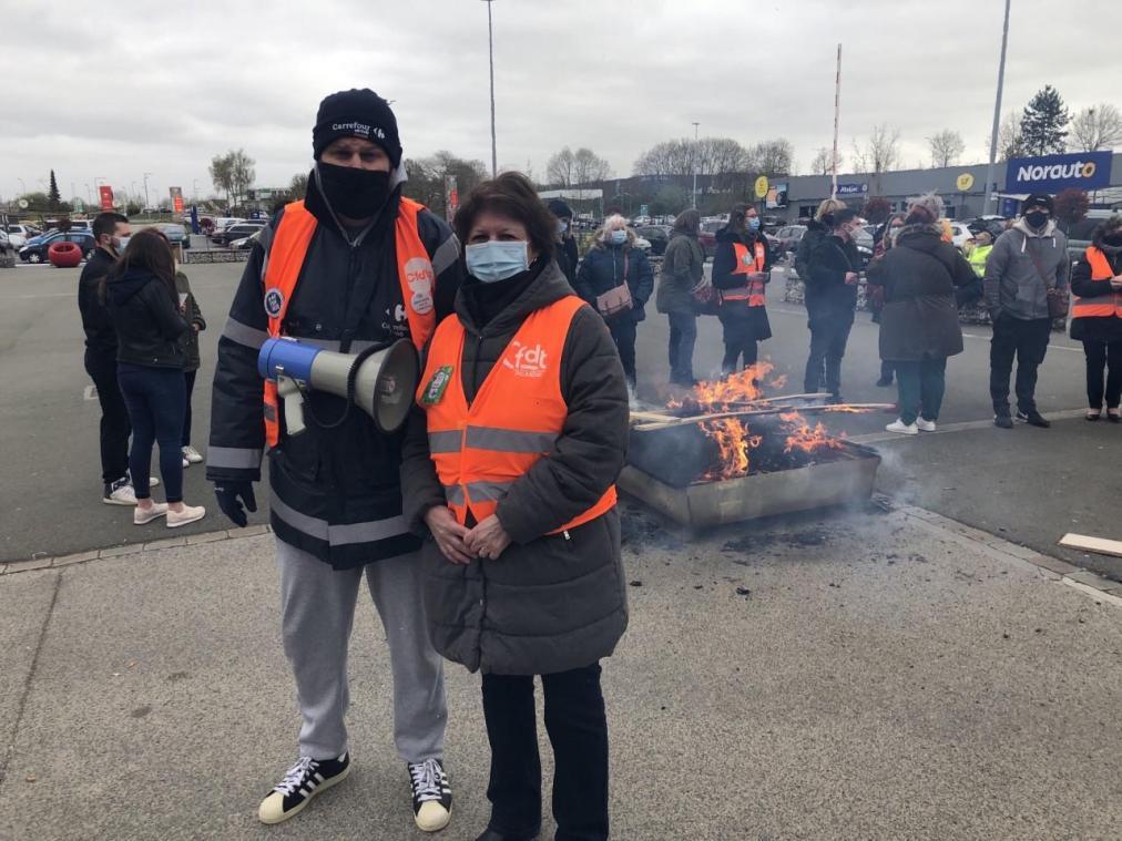Les salariés de Carrefour Amiens Nord suivent un mouvement national. Ici Julien Sire et Corinne Doderet de la CFDT.