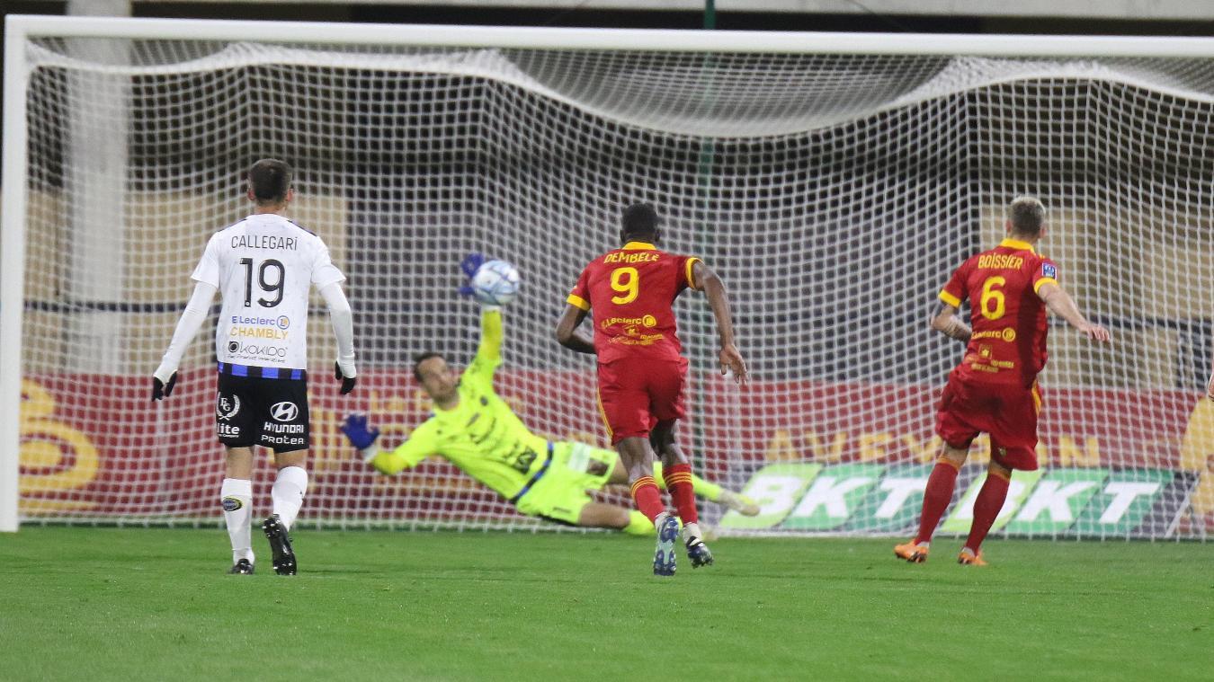 À la 62e minute, Pinoteau se détend et écarte la tentative de Boissier qui avait la balle de 3-1 au bout du pied. (Photos ERIC CREMOIS)