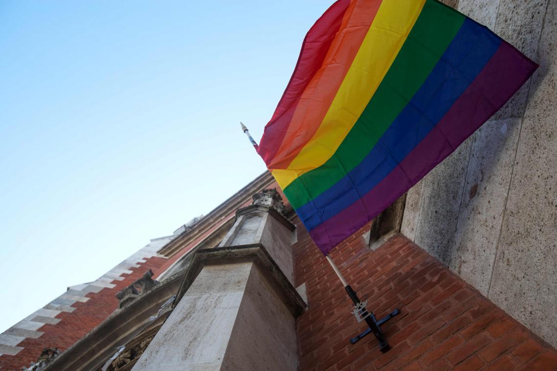 Un étonnant drapeau arc-en-ciel en signe d'opposition d'une partie de l'église autrichienne à l'interdiction de bénir des unions homosexuelles.