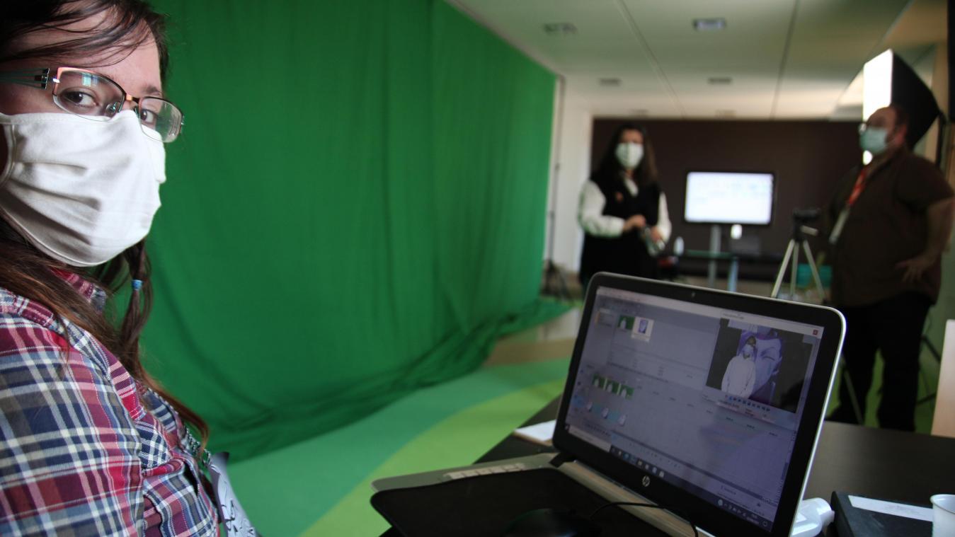 Marine Deprost (premier plan) applique les effets spéciaux aux images filmées par Cédric Carlier (arrière plan).