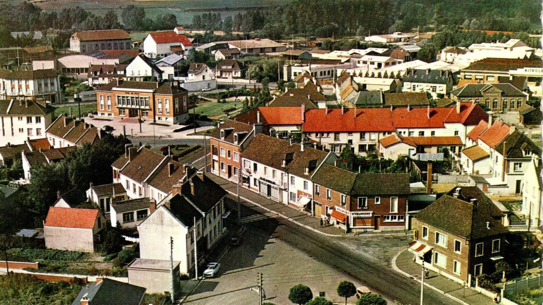 Airaines, telle qu'elle était en 1958 au terme de la reconstruction et telle qu'elle est encore peu ou prou aujourd'hui. Fait unique, la ville a été reconstruite sur la base d'un remembrement urbain. De nouvelles pénétrantes ont été créées de toutes pièces et le centre historique a été déplacé de la ville haute vers la ville basse.