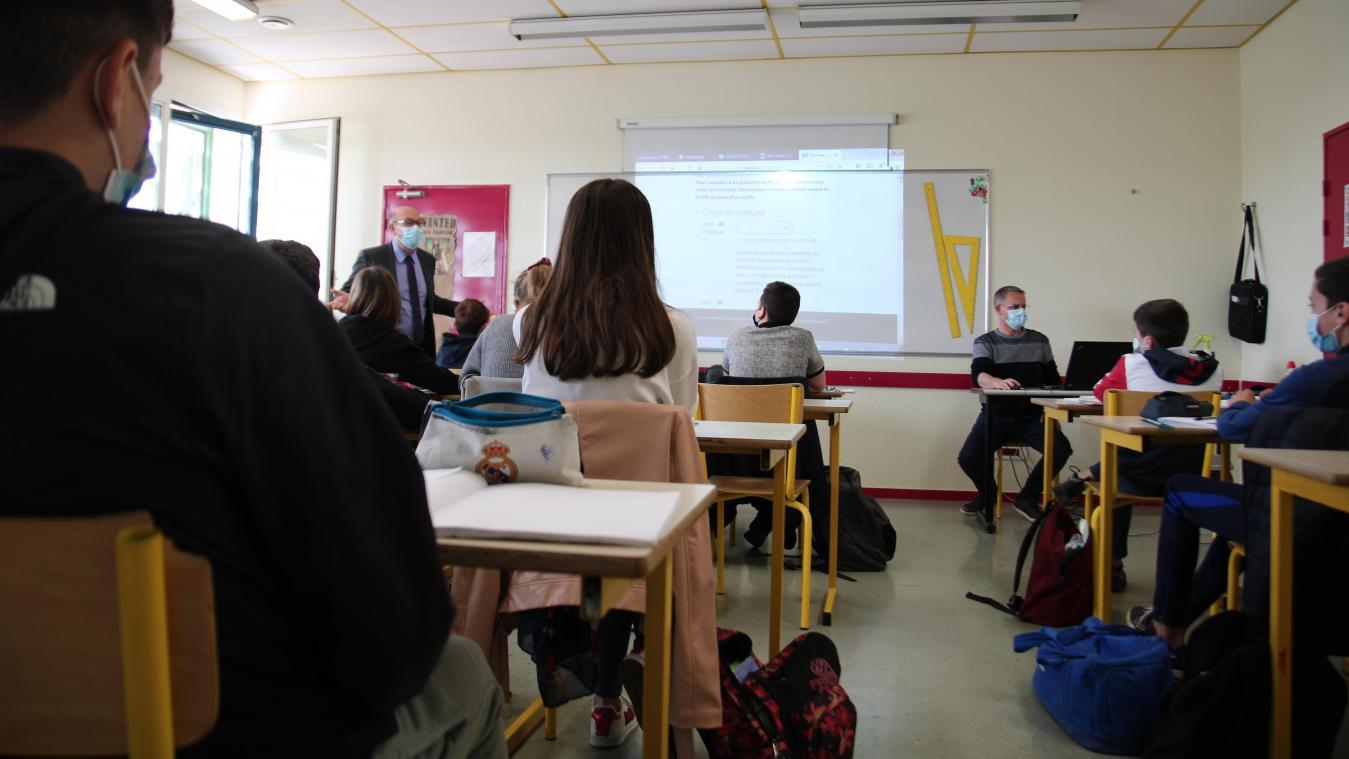 Au collège Jacques-Cartier, les 5e3 et leur professeur font démonstration de leur maîtrise de l'outil numérique au directeur de l'académie de Laon (debout à gauche).