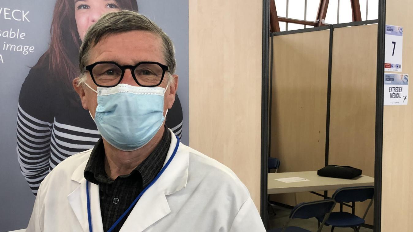 Comme d'autres confrères ou ex-confrères, Robert Devaux reçoit les patients pour des entretiens pré-vaccination dans des petits boxes individuels.