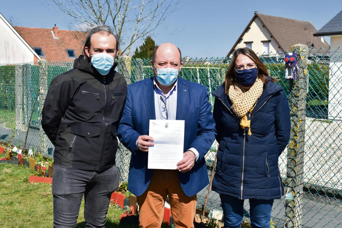 Le maire de La Frénaye Christophe Tétrel, au centre, et ses adjoints responsables du développement durable Renald Mabille et Emmanuelle Vallery, devant le jardin des écoliers. (Photo DR)
