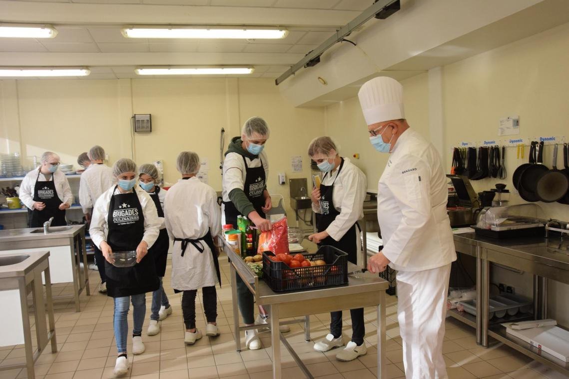[VIDEO] À Ham, la brigade culinaire du collège Victor-Hugo continue son service