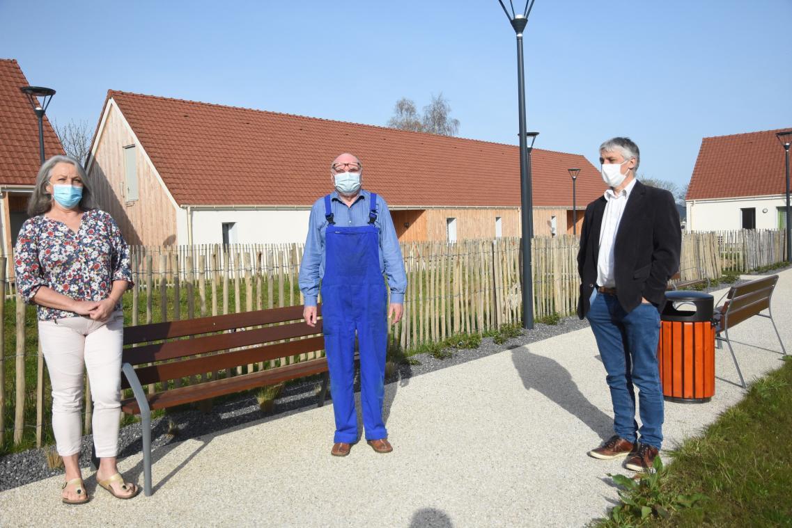 Pascale Viel est à l'écoute des habitants du Clos de Sissi, tel Jean-Pierre Dubois (au centre). Après avoir répondu à l'annonce  des Pâquerettes, dont Jacques Desmidt (à droite) dirige l'Ehpad. (Photo M. C./PN)