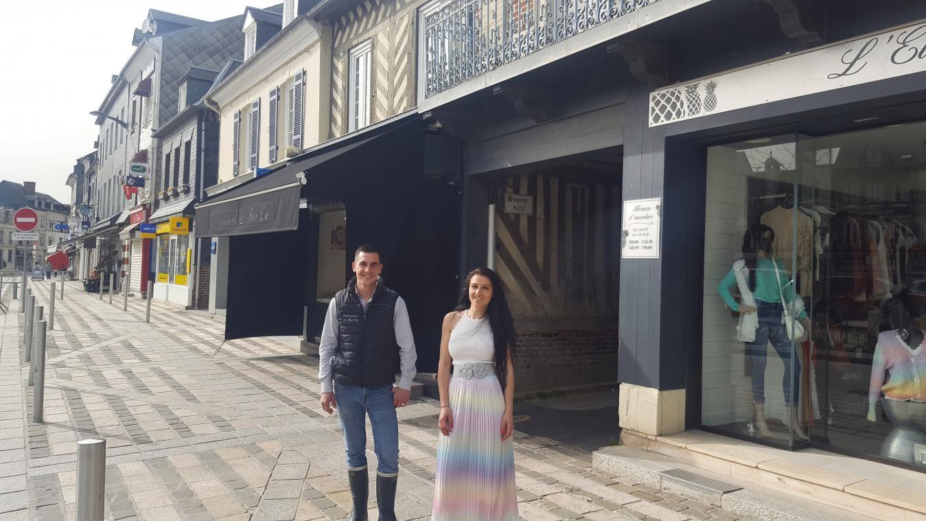 Adeline a dû fermer sa boutique et travaille désormais chez Guillaume, dont la poissonnerie est située à une dizaine de mètres. (Photo PN)