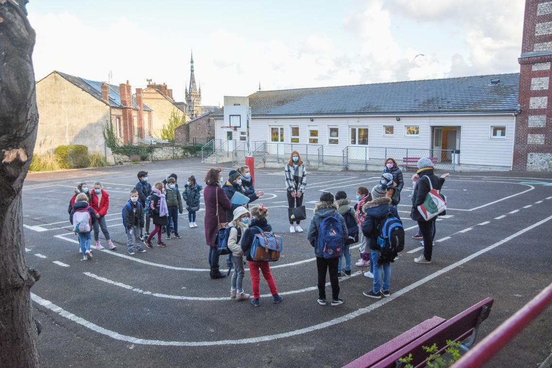 À l'école du Port, ce mardi, les enfants ont été accueillis individuellement avec leurs parents, avant d'être dispersés dans trois classes. (Photos MC/PN)