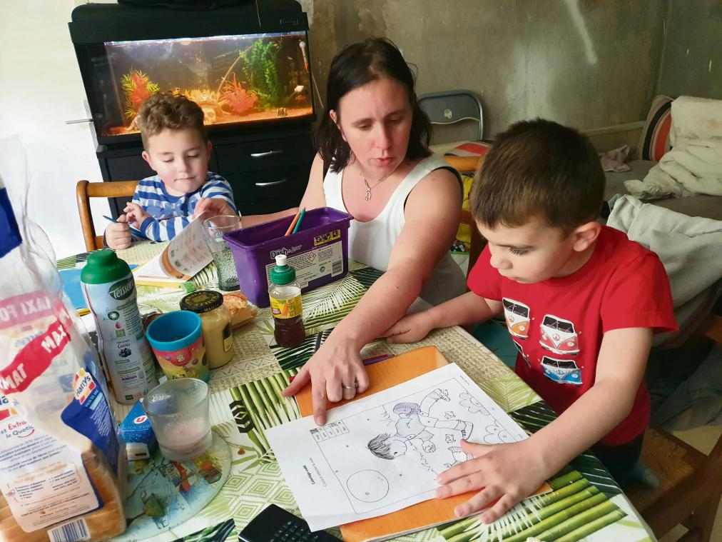 Amandine Boquet aide ses fils à faire leurs devoirs à la maison. (Photo L. B./PN)